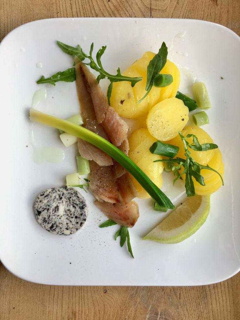 Maquereau fumé d'Angoulins, poireau vinaigrette aux algues, beurre à la nori et pommes de terre